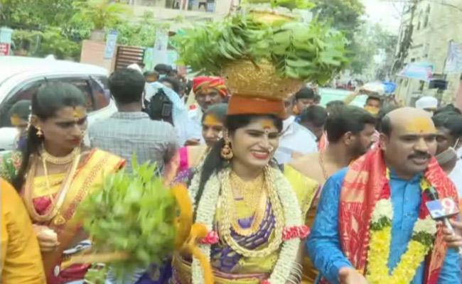 Telangana Mahakali Joint Temples Committee Visits Vijayawada Kanaka Durga - Sakshi