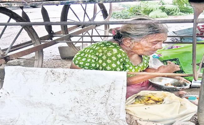 Family Members Left Their Mother At Bhuvanagiri Bus Stand - Sakshi