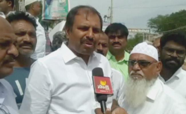 YSR Party Leader Srikanth Reddy Slams TDP Over Court Stay Orders - Sakshi