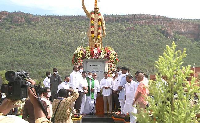CM YS Jagan Inaugurates YS Rajasekhar Reddy Statue At Idupulapaya IIIT - Sakshi