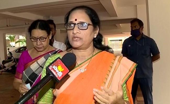 AP Mahila Commission Chairperson Vasireddy Padma Meets DGP Gautam sawang - Sakshi