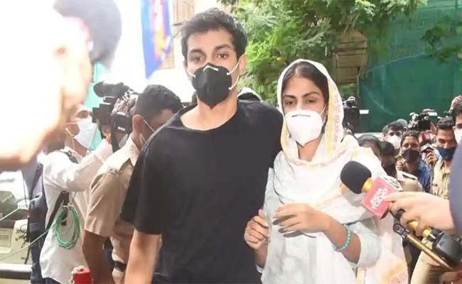 Sushant Singh Rajput Case: Rhea Chakraborty Reach ED Office - Sakshi
