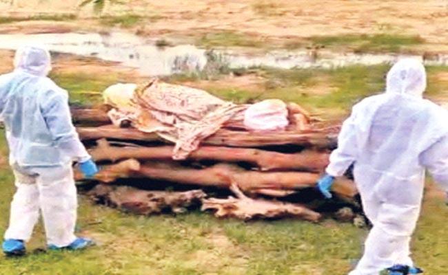 Nagaram Village People Interdict Man Funeral Due To Coronavirus Rumors - Sakshi