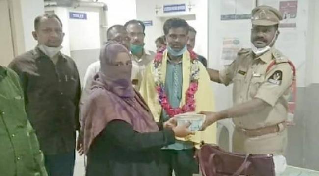 Hyderabad Auto Rickshaw Driver Returns Rs 140000 Lakh to Passenger - Sakshi