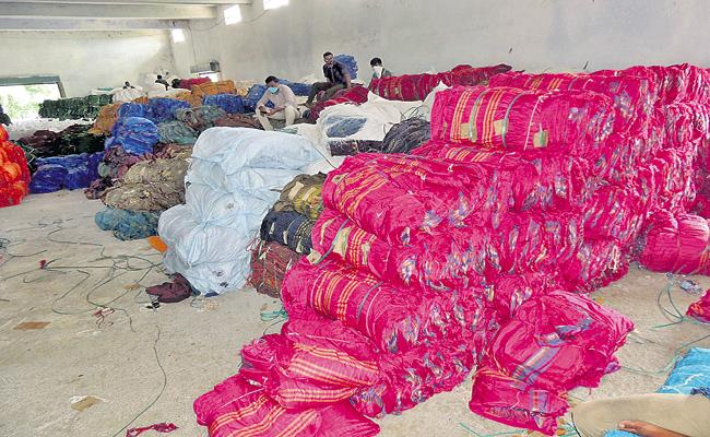 Textile manufacturers in financial trouble - Sakshi