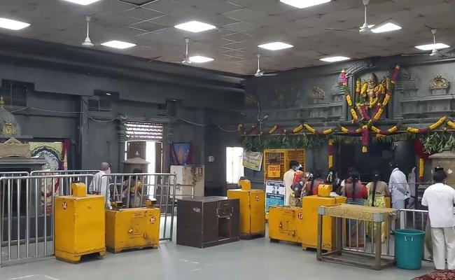 Devotees Are Decreesing To Yadadri Temple Due To Corona Virus - Sakshi