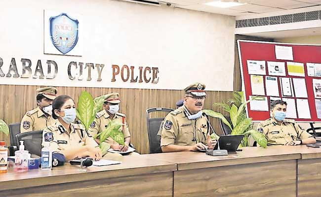 Four Members Arrested By Cyber Police For Running Online Gaming Racket - Sakshi