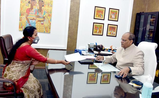 Colonel Santosh Babu Wife Meets CS Somesh Kumar - Sakshi