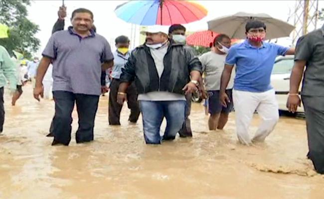 Minister Gangula Kamalakar visits flood area in Knr - Sakshi