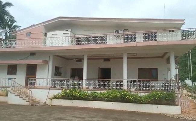 Miscreants Looted Rs 20 Lakhs At Madhurawada In Visakhapatnam - Sakshi