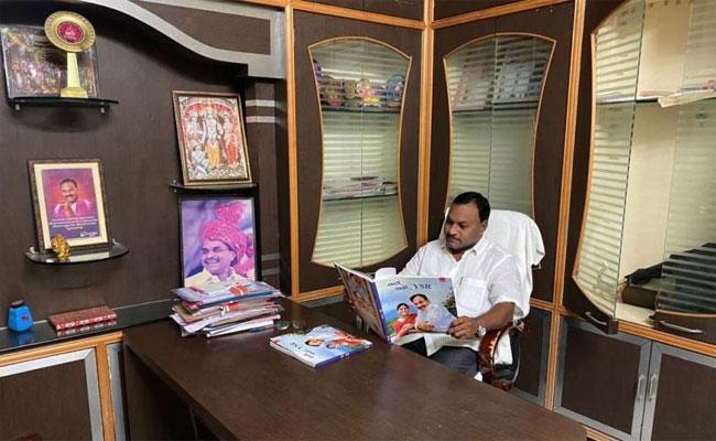 Boath MPP Srinivas Reads Nalo Natho YSR Book In Adilabad - Sakshi