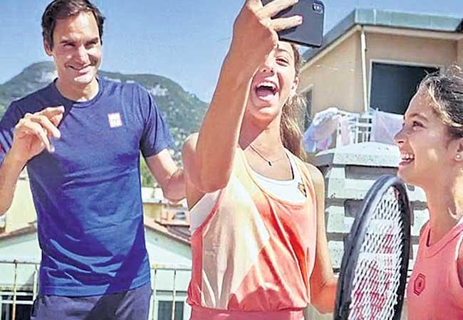 Roger Federer Gives Surprise To His Fans At Italy - Sakshi