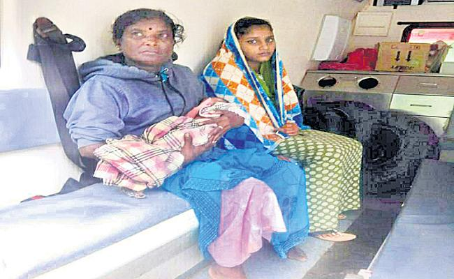 Pregnant Woman Suffering From Transport To Hospital In Mancherial - Sakshi