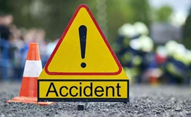 Road Accident: Ambulance Crashes Into Culvert At Ibrahimpatnam In Krishna - Sakshi