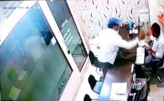 Man Try To Steal Gold After Throwing Chilli Powder On jeweller In Indore - Sakshi