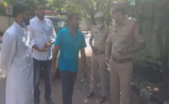 Congress Leaders Arrested At Telangana DGP Home - Sakshi