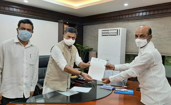 MP Bandi Sanjay Meets Minister RK Singh Srisailam Power Plant Accident - Sakshi