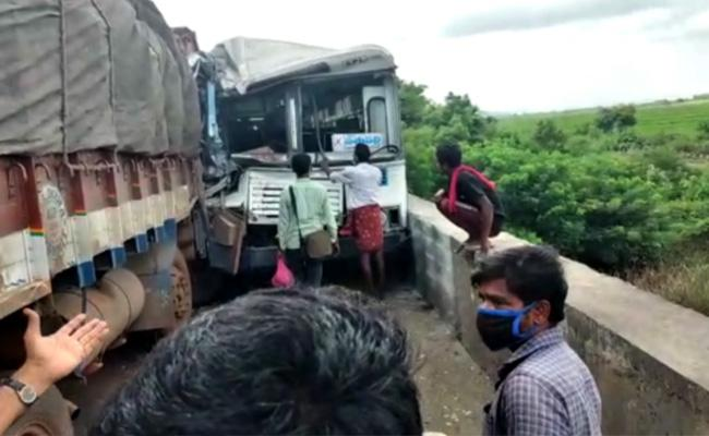 RTC Bus And Lorry Accident In Khammam - Sakshi