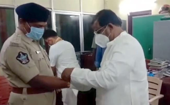 Somu Veerraju Celebrate Rakhi Festival At Suryarao Police Station - Sakshi