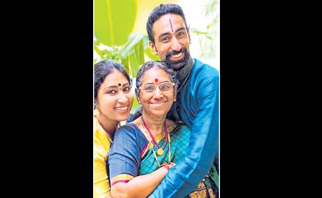 Singer Karunya mother dies of cancer - Sakshi