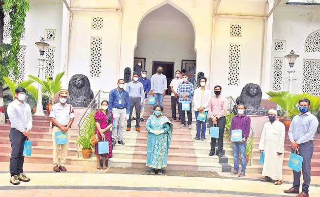 Tamilisai Soundararajan Celebrated Rakhi With Plasma Donors - Sakshi