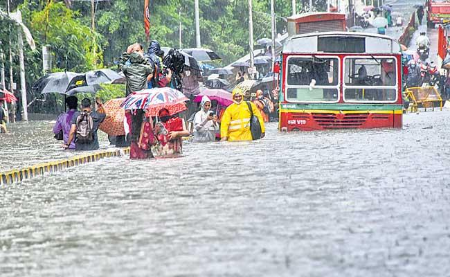 Two People Died Due To Heavy Rain In Mumbai - Sakshi