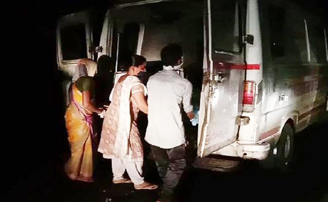 Family Suffered With Ambulance Repair Midnight on Road Khammam - Sakshi