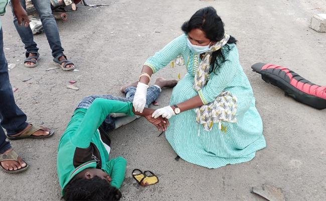MLA Dr Sridevi First Aid To Road Accident Victim In Piduguralla - Sakshi