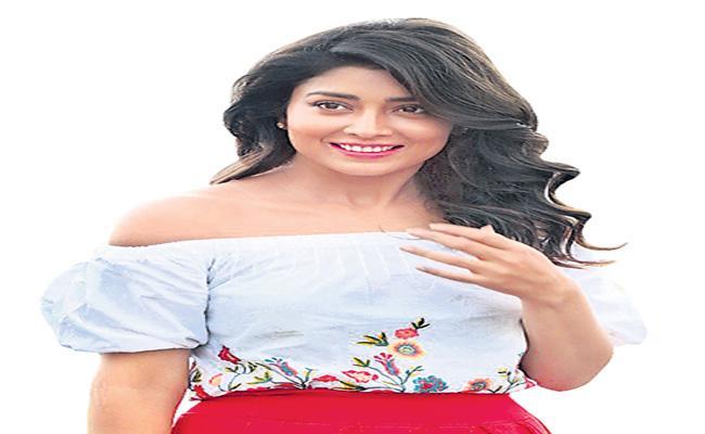 Shriya reveals the books have kept her busy during the lockdown - Sakshi