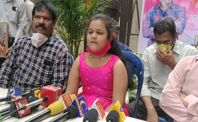 Child Hasini tells 346 Movie Names In Five Minutes In Vijayawada - Sakshi