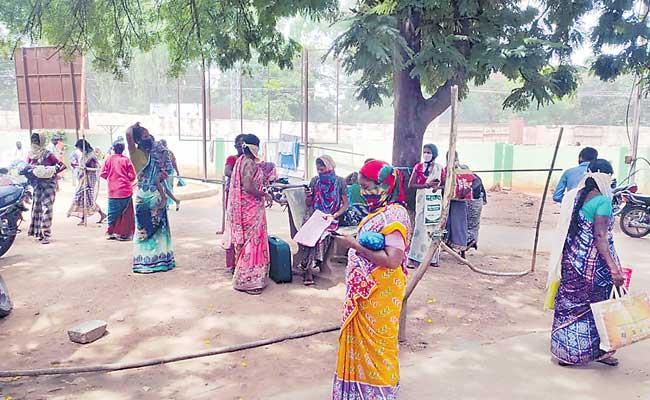One Died Due To Mini Oxygen Leakage At Jogulamba Gadwal - Sakshi