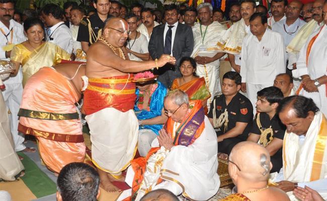 Yadadri Pandits Condolences To Pranab Mukherjee Last Breath In Nalgonda - Sakshi