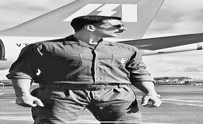 Akshay Kumar retro look from Bell Bottom - Sakshi