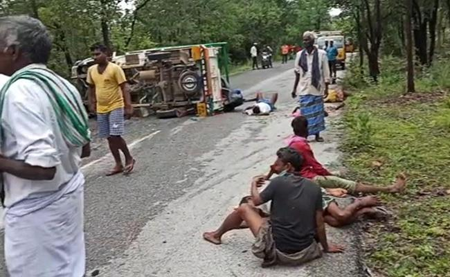 Sixteen People Were Seriously Injured In A  Road Accident kadapa - Sakshi