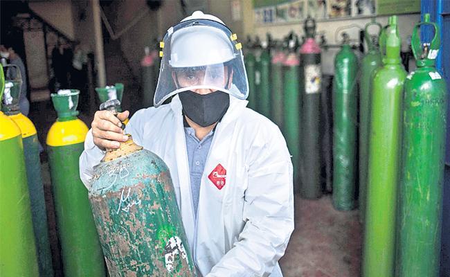 Karnataka Man Helping People By Giving Them Oxygen Cylinders - Sakshi