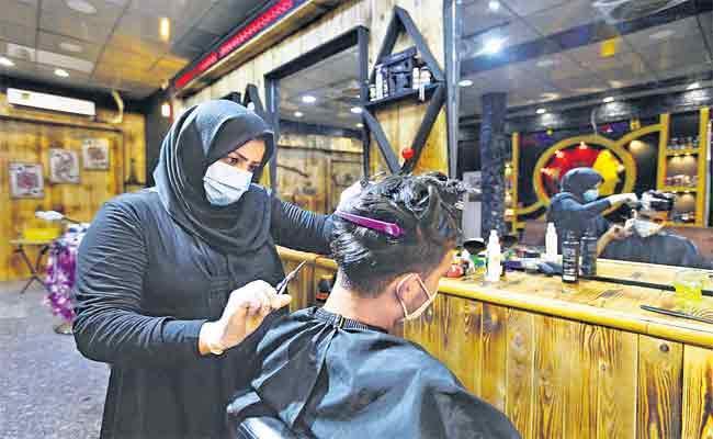 Iraq Women Hair Stylist Zainab Special Story In Family - Sakshi