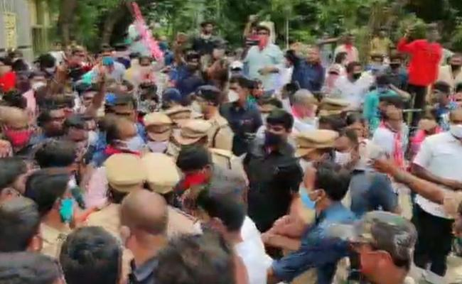 TRS Protest At Ramagundam Where Union Ministers Came To Visit  - Sakshi