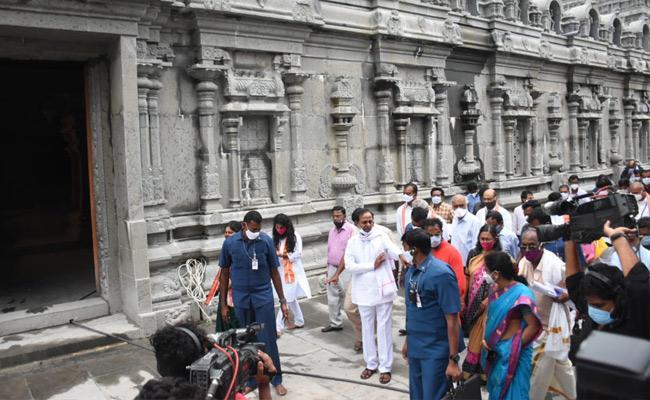 CM KCR inspects progress of Yadadri Lakshmi Narasimha Swamy Temple - Sakshi