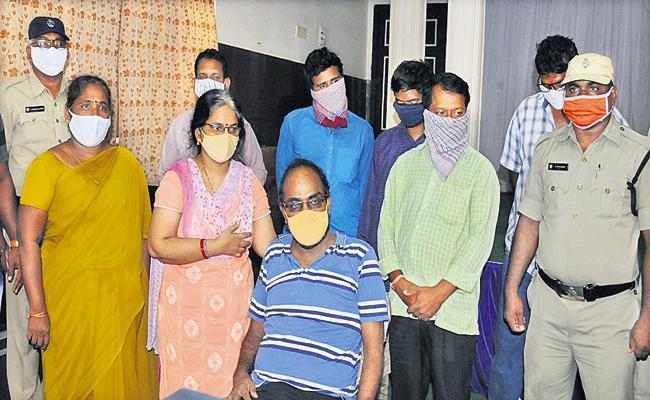 Prakasam District SP Siddhartha Kaushal Arrested A Gang For Making Fake Certificates - Sakshi