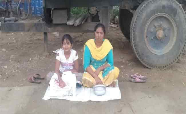 Woman Begs With Her Daughter To Protest In Warangal - Sakshi