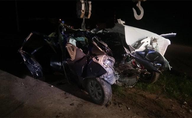 Lorry Hits Car 3 Losts Their Lifes In Karnataka - Sakshi