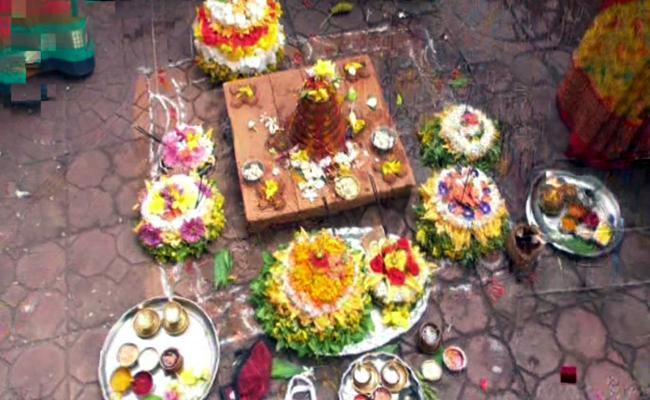 Engili Pula Bathukamma Celebrations Stars In vemulawada - Sakshi