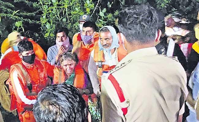 NDRF Members Saved Couple At Achampet Nagarkurnool District - Sakshi