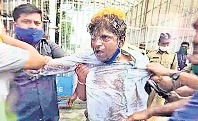 Auto Driver Chander Tried To Suicide Infront Of Pragathi Bhavan - Sakshi