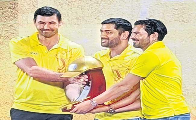 Chennai Super Kings Honors MS Dhoni With Golden Cap - Sakshi