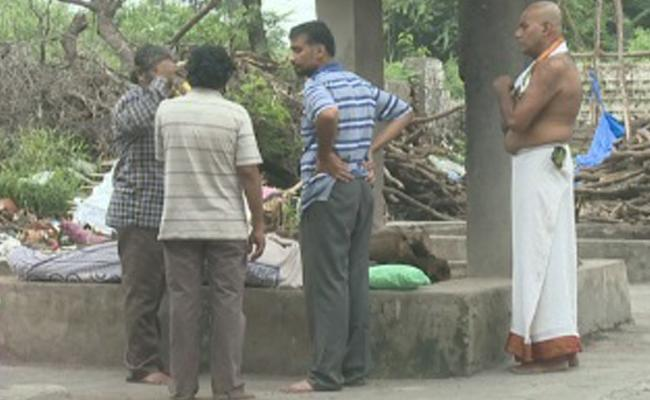 Child Sumedha Kapuria Funeral Program Completed In Hyderabad - Sakshi