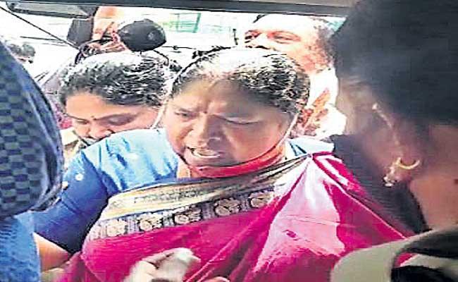 Telangana Police Arrested MLA Seethakka At Pragathi Bhavan - Sakshi