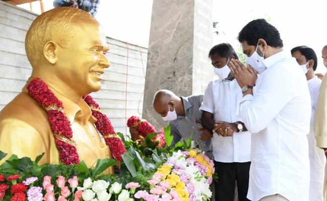 YSR 11th Death Anniversary Family Prayer At YSR Ghat - Sakshi