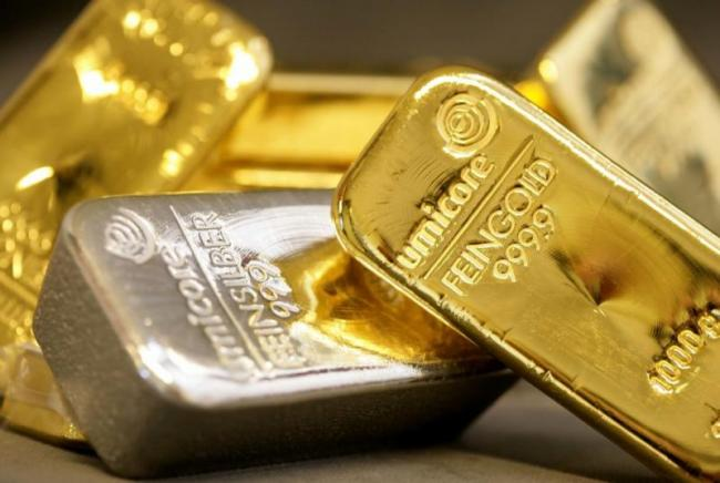 Gold and Silver price weakens in MCX, New York Comex - Sakshi