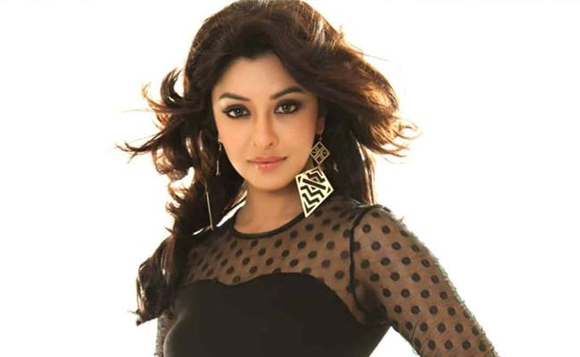 Payal Ghosh Tweet To Narendra Modi And Requests To People To Stand For Women - Sakshi